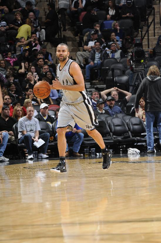 Parker returns, leads Spurs over Mavs 112-106