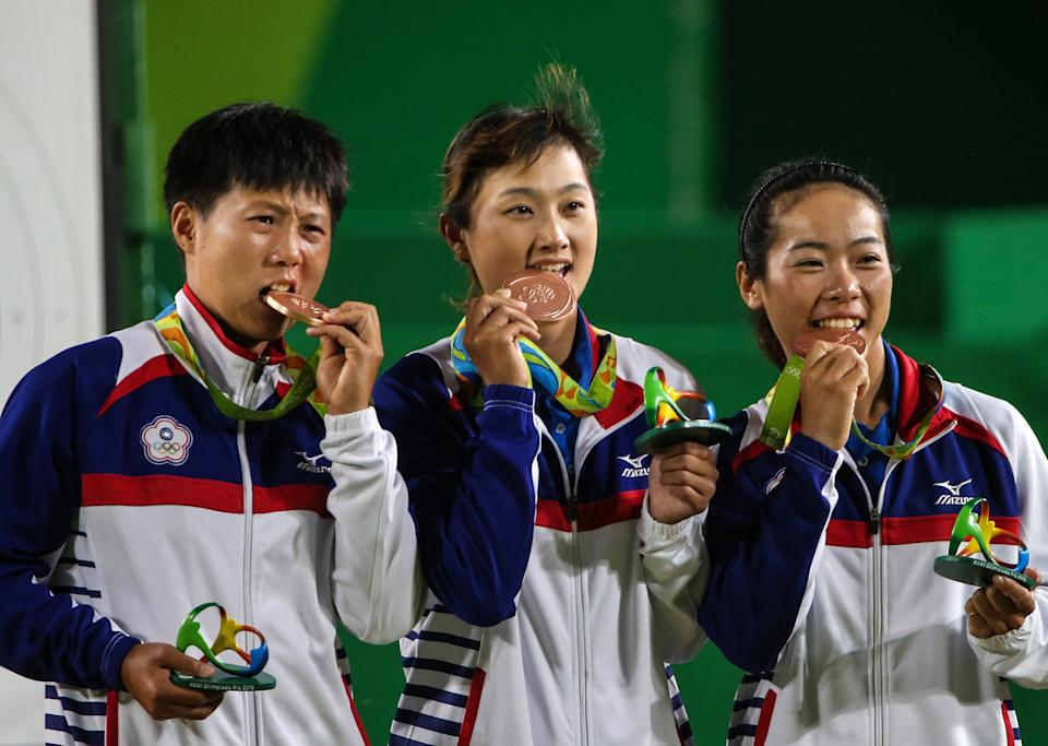 RIO DE JANEIRO, BRAZIL - AUGUST 7, 2016: Bronze medallists Le Chien-Ying, Lin Shih-Chia, Tan Ya-ting (L-R) of Chinese Taipei pose at a victory ceremony for the women's team archery event at the Rio 2016 Summer Olympic Games, at Sambodromo. Valery Sharifulin/TASS (Photo by Valery Sharifulin\TASS via Getty Images)