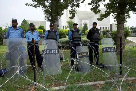 Policemen stand guard outside the Supreme Court building during Panama leaks hearing in Islamabad, Pakistan July 17, 2017.  REUTERS/Faisal Mahmood