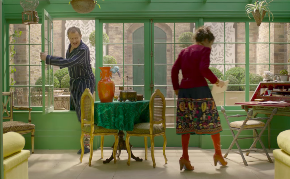 The Browns breaking into Buchanan's house. (Studiocanal)