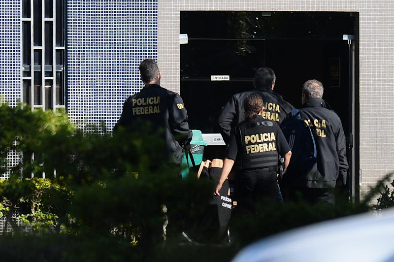 """Brazilian Federal Police personnel raid the residence former Planning Minister Paulo Bernard in Brasilia, on June 23, 2016. Bernardo, Minister of Planning during the government of President Lula Da Silva was arrested on the sidelines of the """"Lava Jato"""" anti-corruption operation and police also raided the PT headquarters in Sao Paulo. / AFP / ANDRESSA ANHOLETE (Photo credit should read ANDRESSA ANHOLETE/AFP via Getty Images)"""
