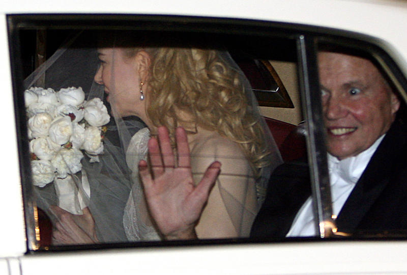 In this file photo, Nicole Kidman is seen arriving for her wedding, with her father Antony (R) by her side, in Manly, Australia, on June 25, 2006 (AFP Photo/Greg Wood)