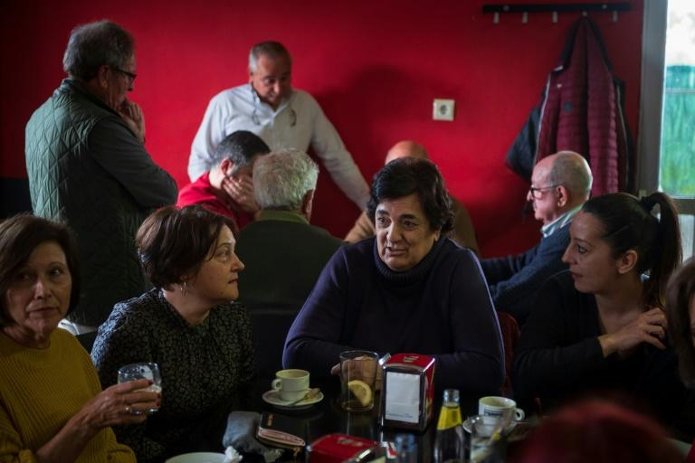 A group of local women meet in the 'Non Sei', the only bar in Loureiro. When poor public transport made it hard for them to attend Women's Day demonstrations in neighbouring towns, the village women ended up in the bar