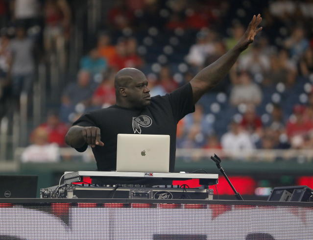 JGM44. Washington (United States), 15/07/2018.- Former NBA players Shaquille O'Neal DJ's music for the start of the All-Star Legends and Celebrity Softball Game at Nationals Park in Washington, DC, USA, 15 July 2018. (Estados Unidos) EFE/EPA/JOHN G. MABANGLO
