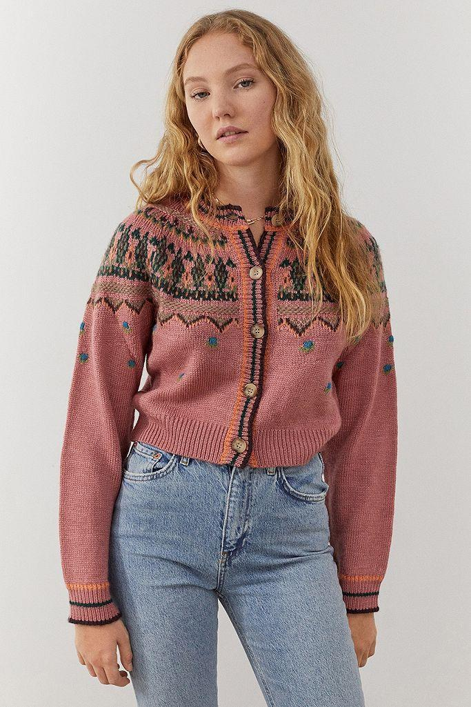 "Fairisle-Strick, Retro-Silhouette und Kunsthornknöpfe machen dieses Strickteil zum Hingucker.<br><br><strong>UO</strong> Cardigan aus Fairisle-Strick<br>55 €, erhältlich bei <a href=""https://www.urbanoutfitters.com/de-de/shop/uo-fairisle-cardigan?category=jumpers-cardigans&color=066&type=REGULAR&quantity=1"" rel=""nofollow noopener"" target=""_blank"" data-ylk=""slk:Urban Outfitters"" class=""link rapid-noclick-resp"">Urban Outfitters</a>"