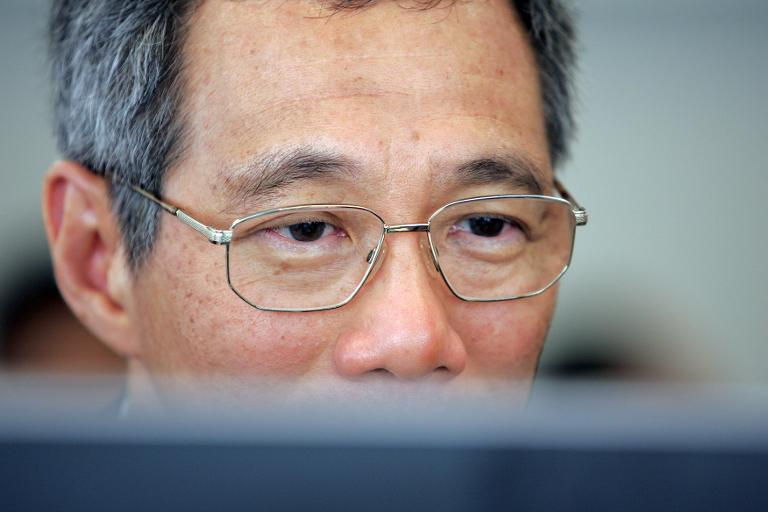 Lee Hsien Loong looks at a computer screen at Yahoo headquarters in Sunnyvale, Califorina, on May 7, 2007