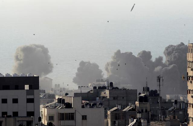<p>A missile lands as an Israeli aircraft bombs a building in Gaza City, Aug. 9, 2018. (Photo: Ahmed Zakot/Reuters) </p>