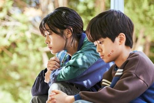 Jung Ho-Yeon played a North Korean defector, here with her on-screen little brother