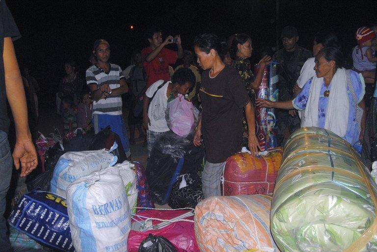 Filipino families wait for transport at the port of Jolo after fleeing Sabah late on March 3, 2013