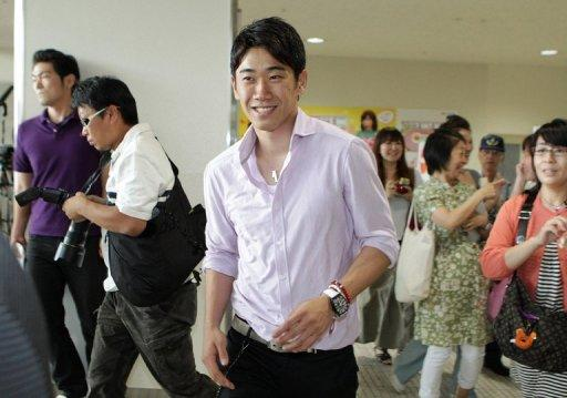 Japanese midfielder Shinji Kagawa on Tuesday left his home country for Britain to join Manchester United