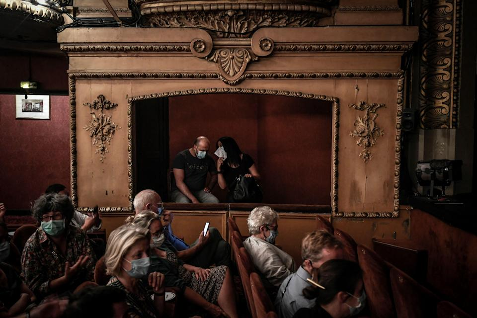 Des spectateurs au théâtre Antoine à Paris, le 22 juin 2020 (Photo: STEPHANE DE SAKUTIN / AFP)