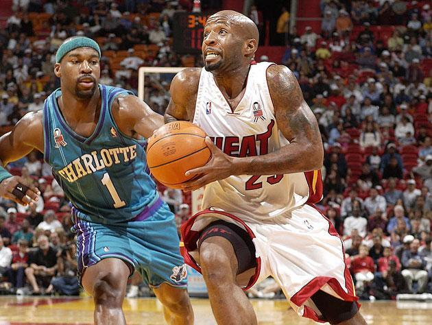 Anthony Carter drives on Baron Davis. (Getty Images)