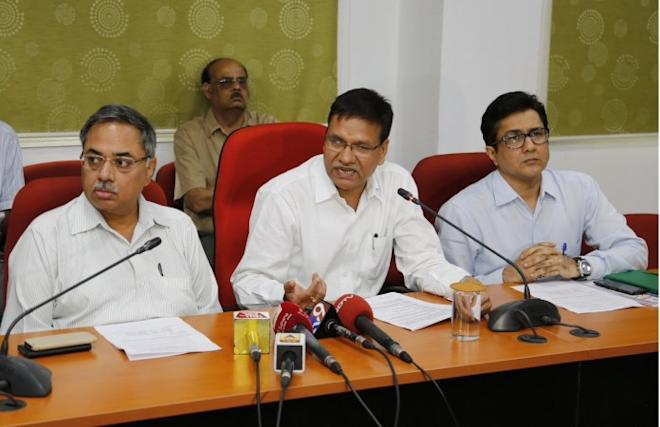 Shailendra Kumar, CCM, Central Railway, Ravinder Goyal, DRM & @Narendra_IRTS, CPRO, addressing Media on incorrect catering information.