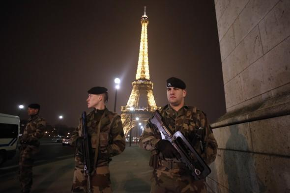 1,500 people evacuated from Eiffel Tower after anonomous phone call threatening terrorist attack