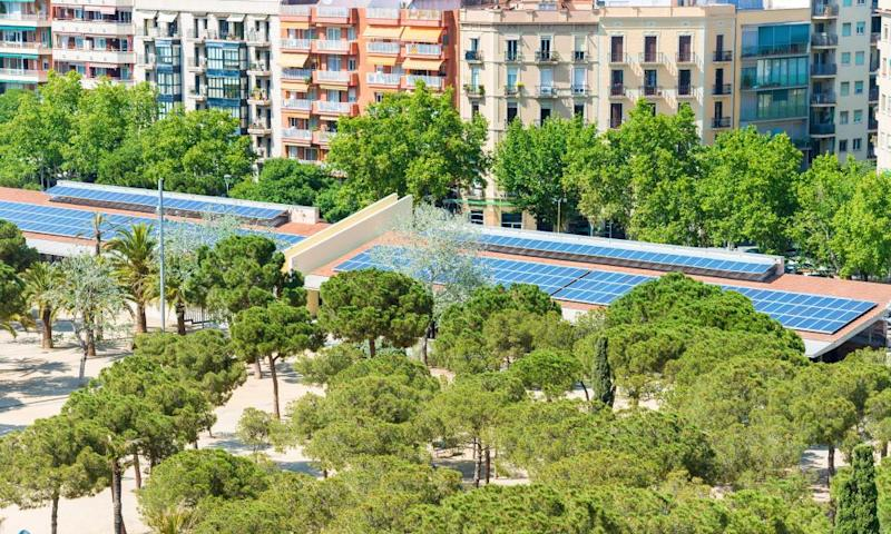 Publicly owned Barcelona Energía supplies electricity to Barcelona City Council buildings and facilities and is installing solar panels on the roofs of public buildings.