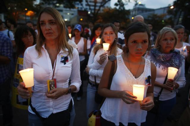 Anti-government protesters hold candles during a rally against violence in Caracas March 7, 2014. Latin American foreign ministers will meet next week to discuss the unrest in Venezuela that has left at least 20 dead and convulsed the South American OPEC nation, diplomatic sources said on Friday. REUTERS/Tomas Bravo (VENEZUELA - Tags: POLITICS CIVIL UNREST)
