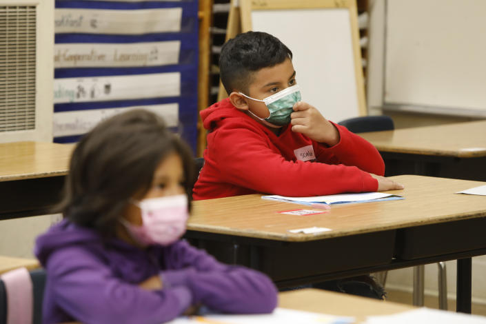 Students wearing masks during third-grade summer school in Los Angeles, California. The AAP recommends that all students and staff wear masks, regardless of vaccination status. (Carolyn Cole / Los Angeles Times via Getty Images)