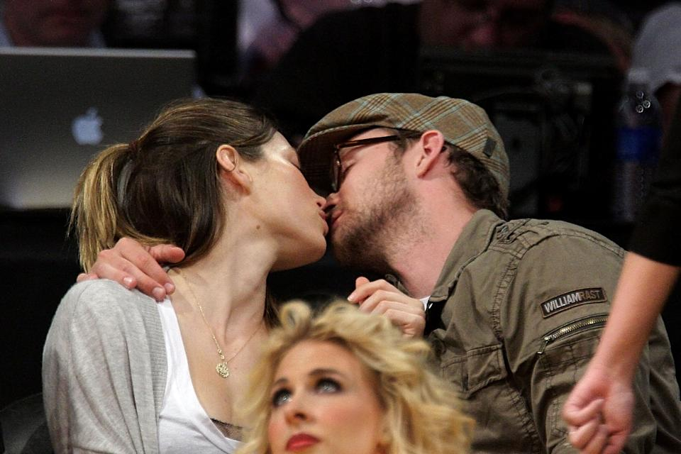 Justin Timberlake and Jessica Biel kiss at the Los Angeles Lakers vs Utah Jazz game on April 21, 2009 in Los Angeles, California.