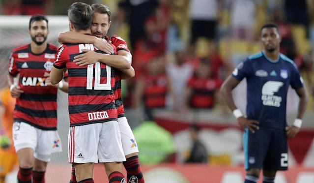 Soccer Football - Flamengo v Emelec - Copa Libertadores - Maracana stadium, Rio de Janeiro, Brazil - May 16, 2018 Everton Ribeiro (C) of Brazil's Flamengo celebrates with Diego (10) after scoring. REUTERS/Ricardo Moraes