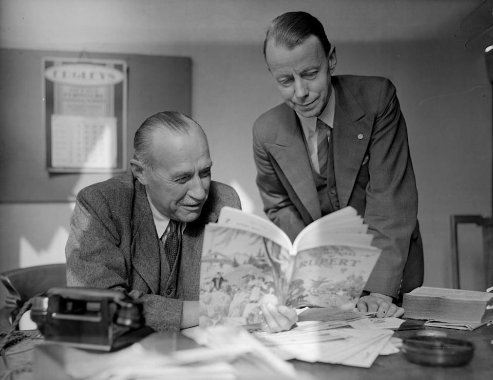 14th October 1947:  Alfred Bestall, author of the 'Rupert the Bear' children's books, reading one of the books with Captain Marshall.  (Photo by Express/Express/Getty Images)