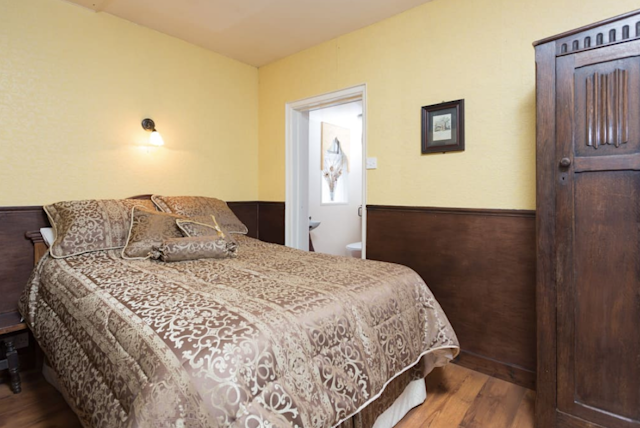 <p>There's also a second bedroom with an ensuite bathroom. (Airbnb) </p>