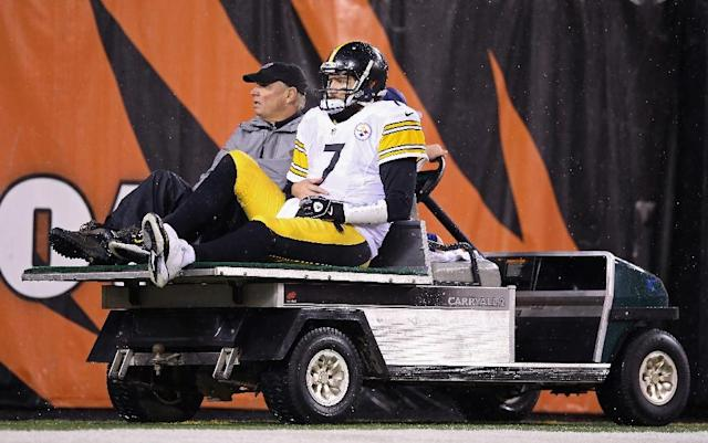 Ben Roethlisberger of the Pittsburgh Steelers is carted off the field after being injured in the third quarter against the Cincinnati Bengals on January 9, 2016 (AFP Photo/Andy Lyons)