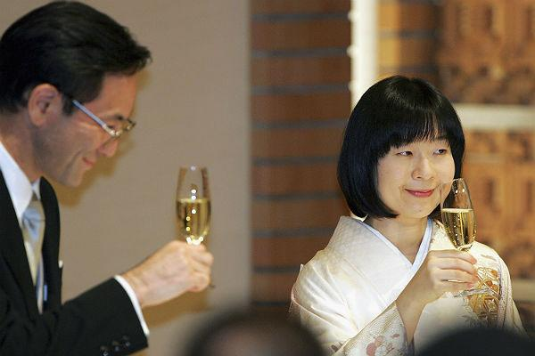 <b>1. Princess Sayako And Yoshiki Kuroda: </b>Sayako Kuroda (right) and her husband Yoshiki Kuroda raise glasses of champagne to toast during the wedding banguet of Sayako and her husband Yoshiki Kuroda at a Tokyo hotel on November 15, 2005 in Tokyo, Japan.