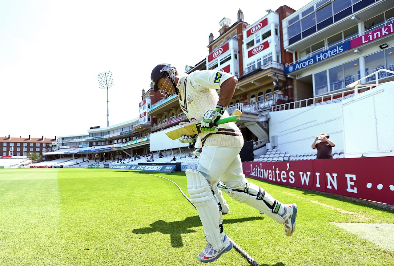 <p>Ricky Ponting of Surrey makes his way out to bat for the last time in his first class career during the LV County Championship match between Surrey and Nottinghamshire at The Kia Oval on July 11, 2013 in London, England. </p>