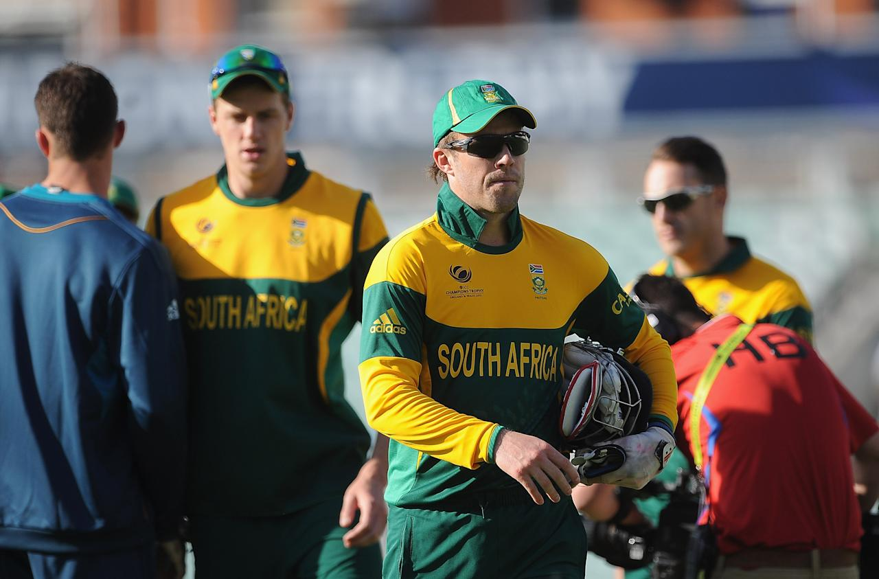 LONDON, ENGLAND - JUNE 03:  Captain AB de Villiers of South Africa leaves the field at the end of the match in the ICC Champions Trophy Warm Up match between South Africa and Pakistan at The Oval on June 3, 2013 in London, England.  (Photo by Christopher Lee/Getty Images)