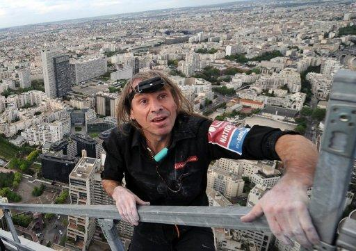 Alain Robert used suction devices and mechanical ascenders as well as a safety rope to make his way up Fortaleza tower