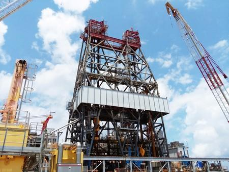 FILE PHOTO: A massive drilling derrick is pictured on BP's Thunder Horse Oil Platform in the Gulf of Mexico