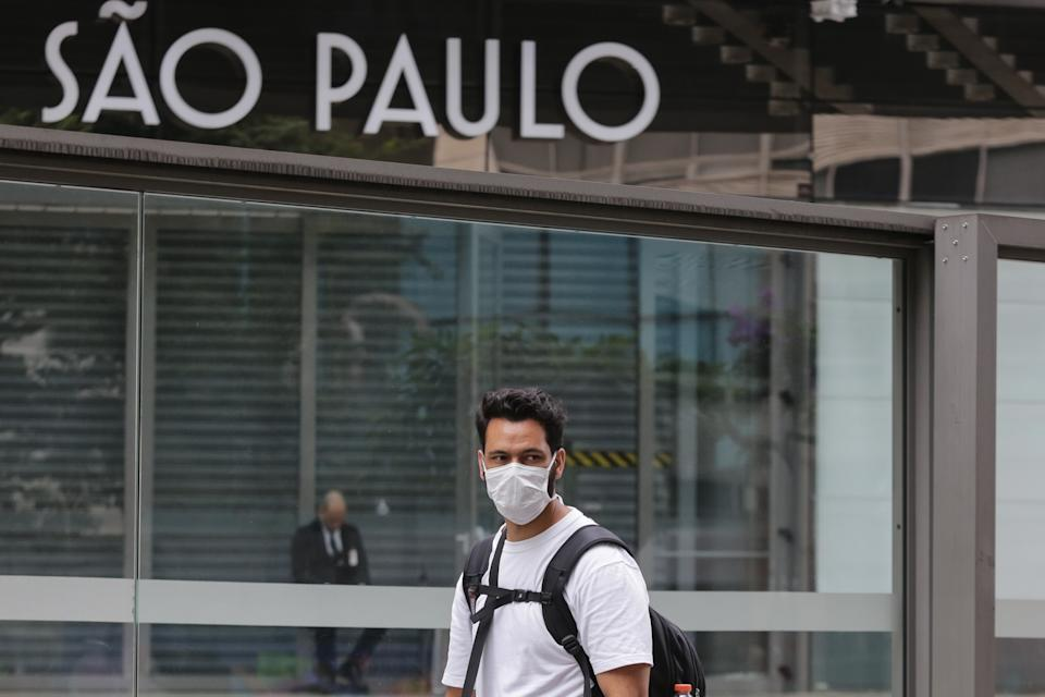 Pedestrian movement, wearing protective masks, on Avenida Paulista, downtown São Paulo, on April 17, 2020.Governor João Doria announced the extension of the quarantine in the state of São Paulo because of the coronavirus pandemic until May 10. This is already the second extension of the quarantine that began on March 24 in the 645 municipalities in the state. The state records 853 deaths from Covid-19 and 11,568 confirmed cases of contamination. April 17, 2020. (Photo: Fábio Vieira/FotoRua) (Photo by Fabio Vieira/FotoRua/NurPhoto via Getty Images)