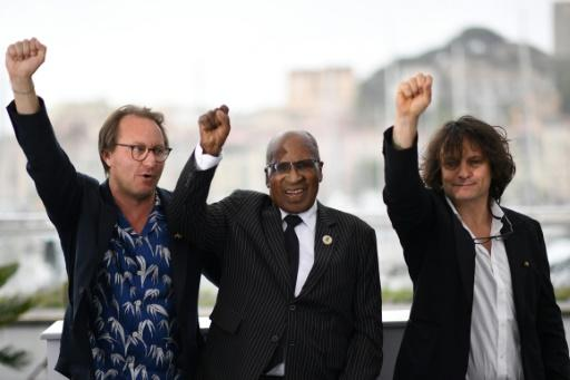 """(From L) French director Nicolas Champeaux, South African anti-apartheid campaigner and former political prisoner Andrew Mlangeni and French co-director and screenwriter Gilles Porte present at Cannes  """"The State Against Mandela"""", a documentary about the historical Rivonia trial in the 1960s"""
