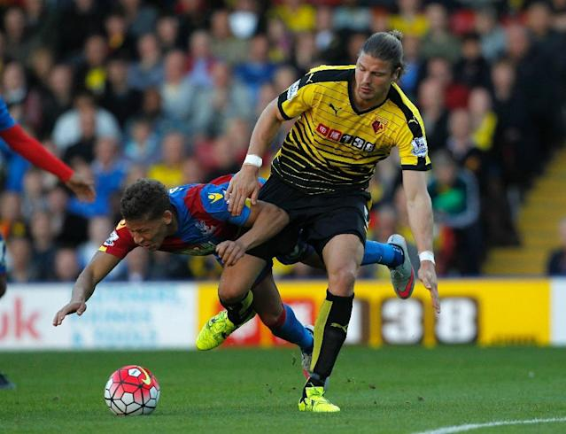 Crystal Palace's Dwight Gayle (L) fights for the ball with Watford's Sebastian Prodl during their English Premier League match, at Vicarage Road Stadium in Watford, north-west of London, on September 27, 2015 (AFP Photo/Ian Kington)