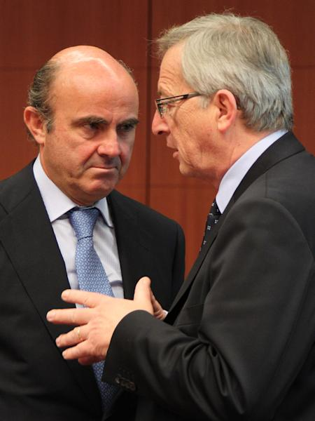 Spanish Finance Minister Luis de Guindos Jurado, left, talks with Luxembourg's Prime Minister and chairman of the Eurogroup, Jean-Claude Juncker, during the Eurogroup ministerial meeting at the European Council building in Brussels, Monday, May 14, 2012. (AP Photo/Yves Logghe)