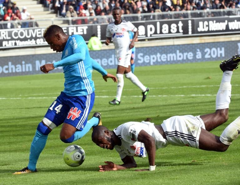 Amiens' Prince Gouano (R) clashes with Olympique de Marseille's forward Clinton Njie during their French L1 match on September 17, 2017 at the Licorne stadium in Amiens