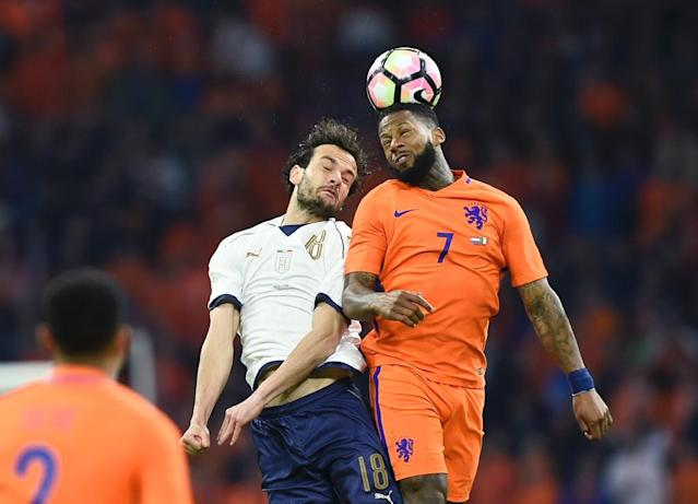 Italy's Marco Parolo (L) vies with Netherlands' Jeremain Lens (R) during the Friendly football match between Netherlands and Italy at the Arena Stadium, on March 28, 2017 in Amsterdam (AFP Photo/JOHN THYS)