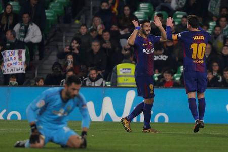 Soccer Football - La Liga Santander - Real Betis vs FC Barcelona - Estadio Benito Villamarin, Seville, Spain - January 21, 2018 Barcelona's Luis Suarez celebrates scoring their fifth goal with Lionel Messi while Real Betis' Antonio Adan looks dejected REUTERS/Jon Nazca