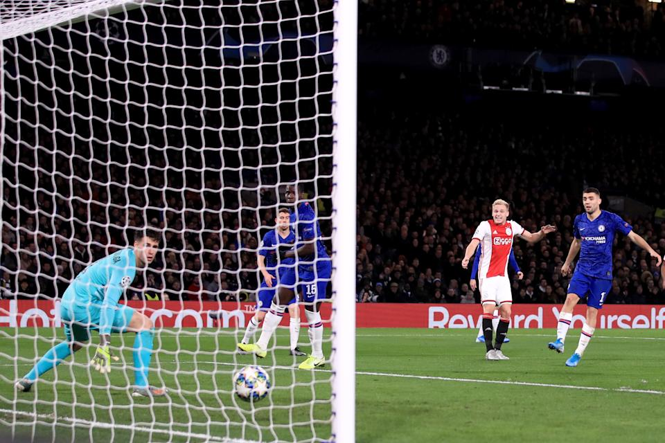 LONDON, ENGLAND - NOVEMBER 05: Donny van de Beek of AFC Ajax scores their 4th goal during the UEFA Champions League group H match between Chelsea FC and AFC Ajax at Stamford Bridge on November 5, 2019 in London, United Kingdom. (Photo by Marc Atkins/Getty Images)