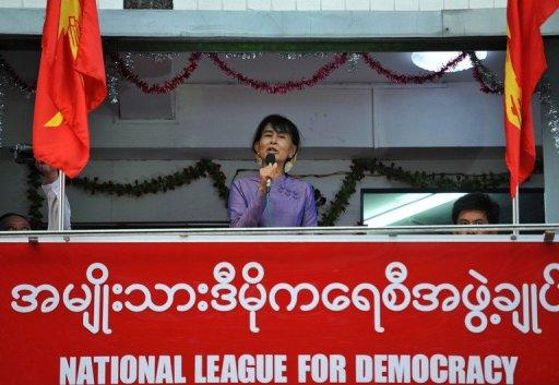 Aung San Suu Kyi is to give her first international speech in two decades in Geneva next month