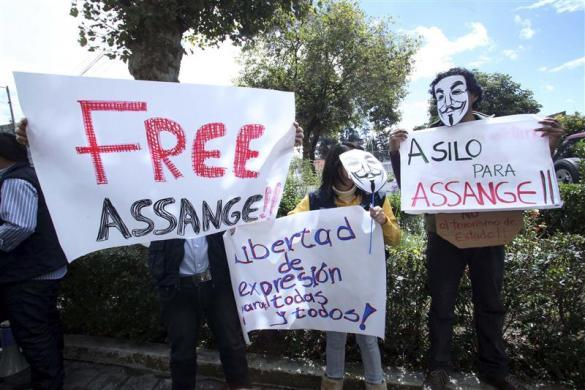 "Members of an Ecuadorian NGO for human hold up placards that read ""Free Assange"" outside the Foreign Affairs Ministry during a demonstration in support of Julian Assange in his asylum request to Ecuador, in Quito June 26, 2012."