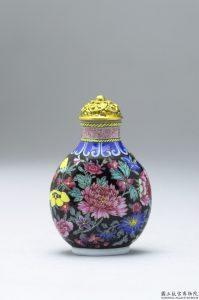 清 乾隆 玻璃胎畫琺瑯黑地百花錦鼻煙壺 | Glass-body painted enamel snuff bottle with a filled floral design on a black background, Qianlong reign (1735-1796), Qing dynasty (Courtesy of NPM)