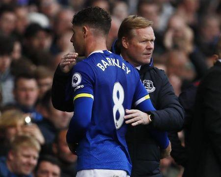Everton's Ross Barkley with manager Ronald Koeman as he walks off to be substituted