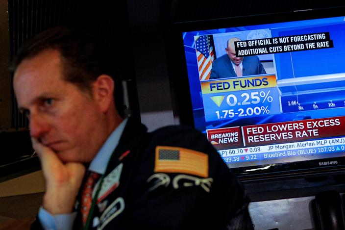 A screen displays the U.S. Federal Reserve interest rates announcement as traders work on the floor of the New York Stock Exchange (NYSE) in New York, U.S., September 18, 2019. REUTERS/Brendan McDermid
