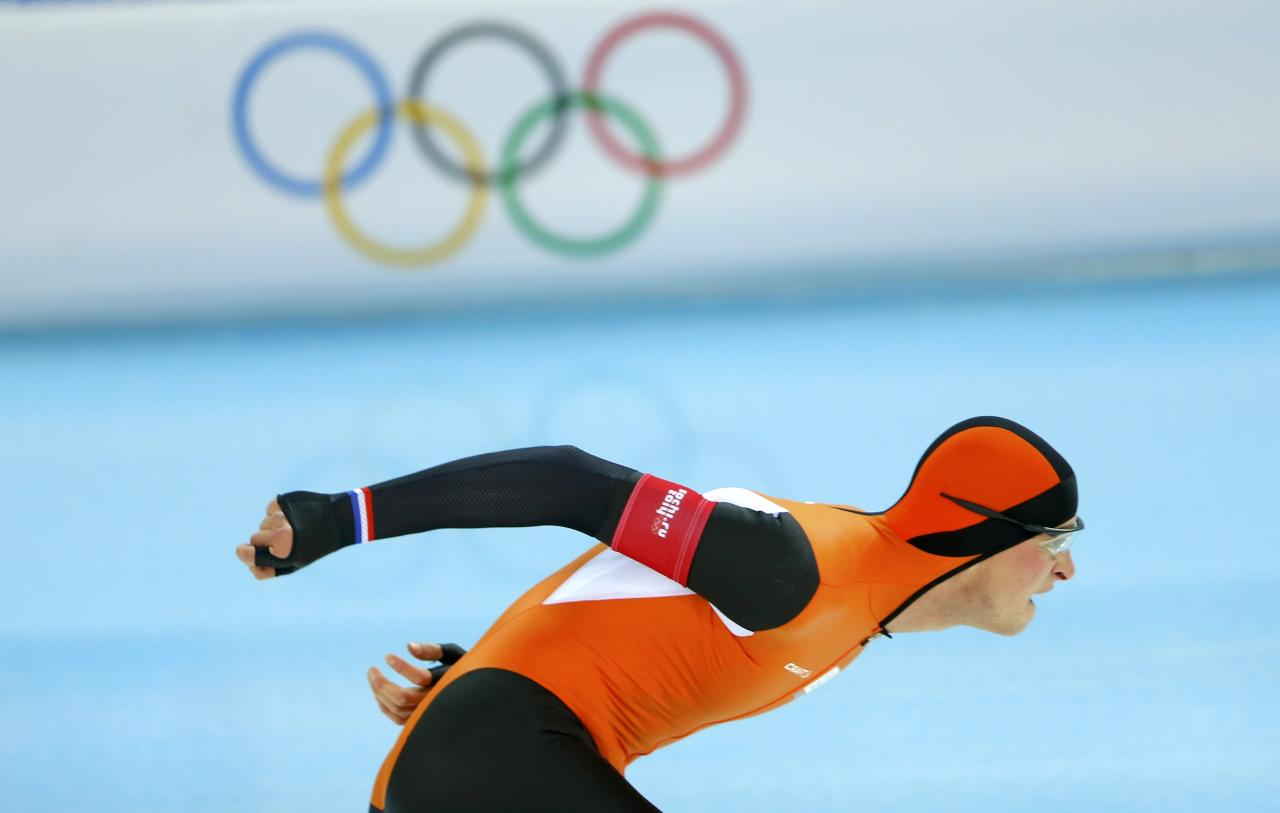 Sven Kramer of the Netherlands competes in the men's 5000 meters speed skating race during the 2014 Sochi Winter Olympics, February 8, 2014. REUTERS/Laszlo Balogh (RUSSIA - Tags: OLYMPICS SPORT SPEED SKATING)