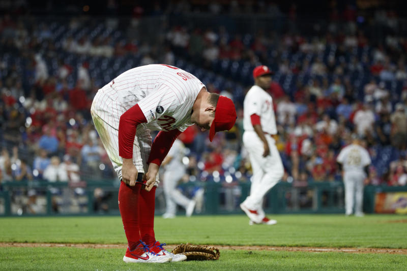 Hoskins muffs easy catch in 9th, Phils fall to Pirates 5-4