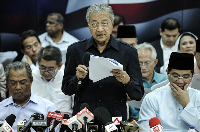 Former Malaysian prime minister Mahathir Mohamad (C) reads a citizens' declaration during a press conference with members of the opposition party in Kuala Lumpur on March 4, 2016 (AFP Photo/Mohd Rasfan)