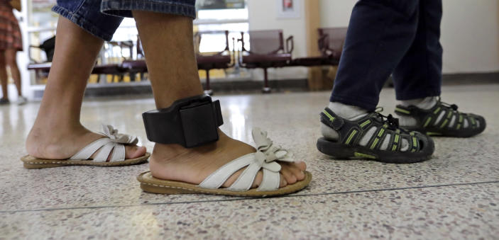 An immigrant woman wears an ankle monitor in the central bus station after being processed and released by U.S. Customs and Border Protection on June 24, 2018, in McAllen, Texas. (Photo: David J. Phillip/AP)