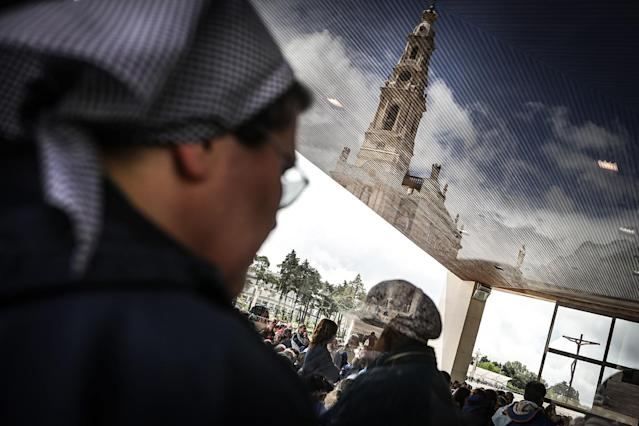 <p>A pilgrim prays to Our Lady of Fatima at the Sanctuary of Fatima, Portugal, May 11, 2017. Pope Francis will preside at the commemoration of the centenary of the 'apparitions' of Our Lady to the three Shepherds in Cova da I would go to the Shrine of Fatima. (Photo: M¡Rio Cruz/EPA) </p>