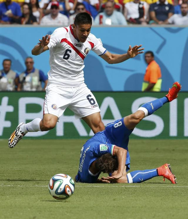 Costa Rica's Oscar Duarte fights for the ball with Italy's Claudio Marchisio during their 2014 World Cup Group D soccer match at the Pernambuco arena in Recife June 20, 2014. REUTERS/Yves Herman (BRAZIL - Tags: SOCCER SPORT WORLD CUP)